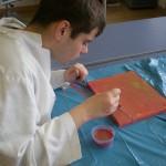 Javier pintando un lienzo